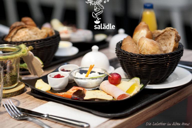 Salatbar Werbeaufnahme Tablett mit Frühstück