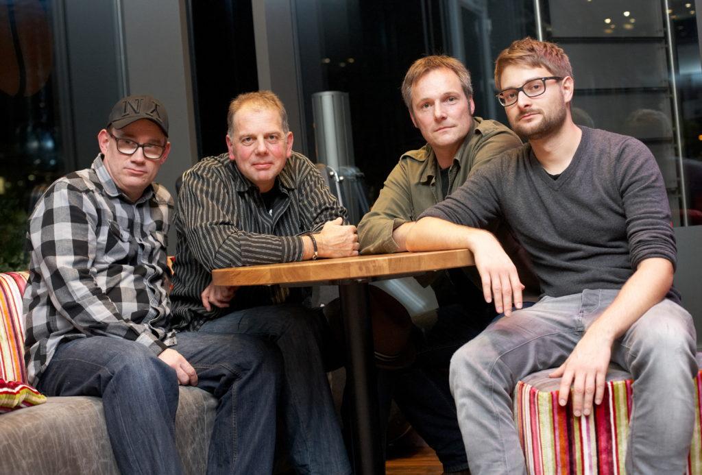 Bandfoto Gruppe am Tisch