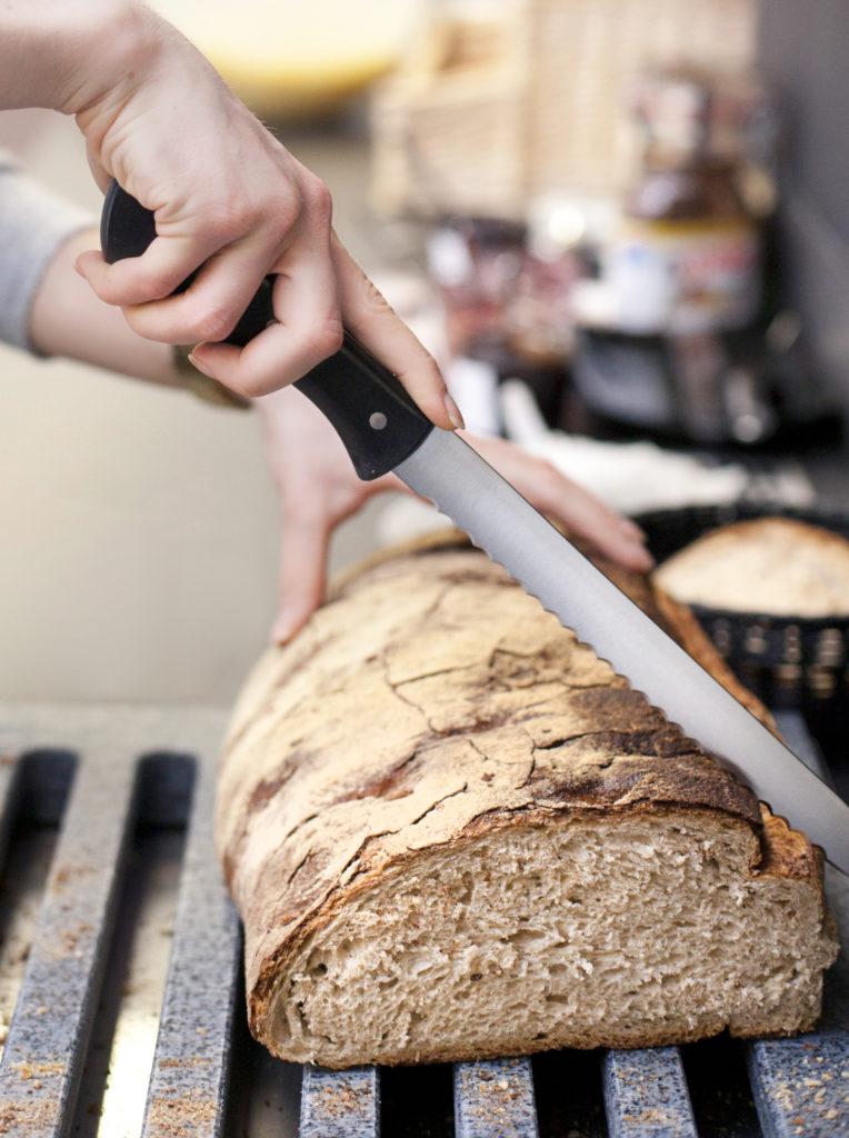 Brotmesser und rustikales Brot