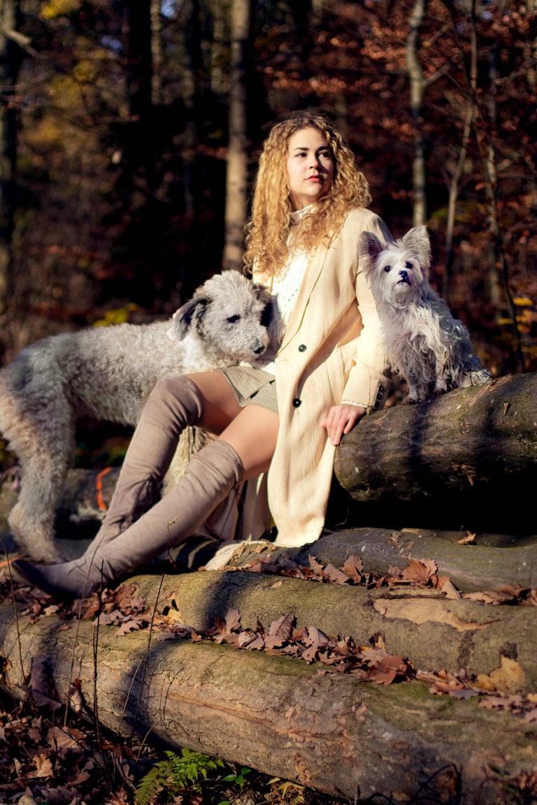 Tierfotografie Besitzerin mit ihren zwei Hunden im Wald