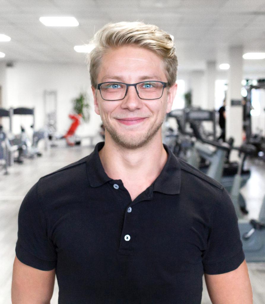 Portrait junger Mann Fitnessstudio Mitarbeiter
