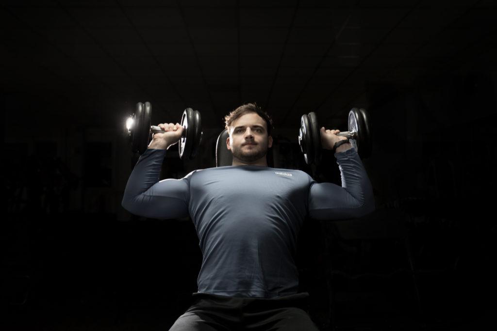 Fitness männliches Model Sportler Gewichte