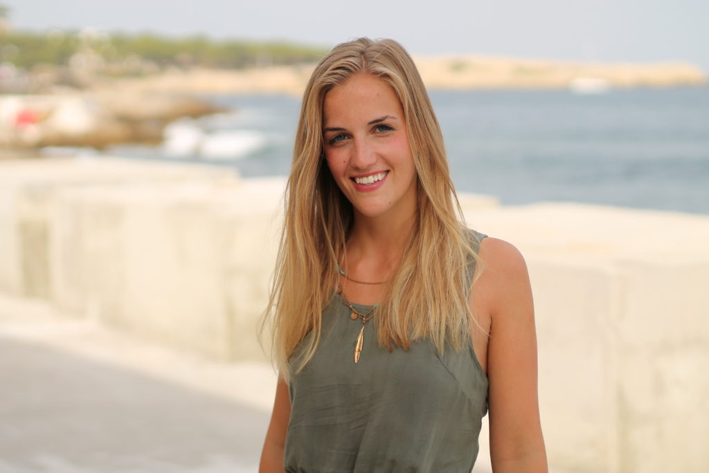 Portrait junge Frau Urlaub Meer